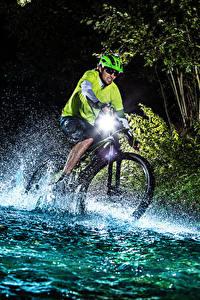 Bilder Mann Abend Wasser Fahrrad Wasser spritzt sportliches