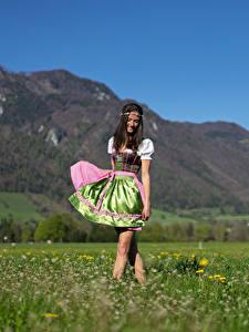 Fotos Grünland Gras Kleid Unscharfer Hintergrund Geht Nina junge frau