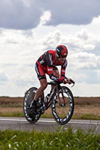 Bilder Mann Fahrrad Trainieren Uniform Helm Sport