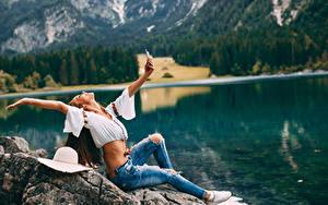 Hintergrundbilder Selfie Braunhaarige Sitzen Hand Jeans Mädchens