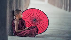 Fotos Asiatische Junge Regenschirm Sitzend Uniform monk Kinder