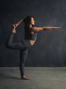Bilder Fitness Gymnastik Dehnübungen Bein Pose Trainieren junge frau Sport
