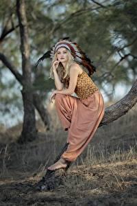 Bakgrunnsbilder Fjær Indianer hodeplagg Blonde Bokeh Posere Sitter Trær Indianere Vicky Unge_kvinner