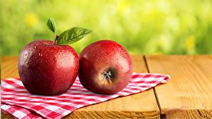 Bilder Äpfel Großansicht Bretter Zwei Rot Lebensmittel