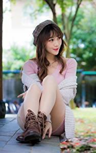 Fotos Asiatisches Bokeh Braune Haare Sitzen Barett Bein Boots