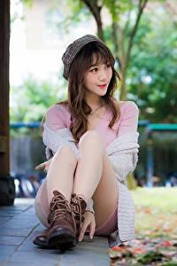 Fotos Asiatisches Bokeh Braune Haare Sitzen Barett Bein Boots junge Frauen