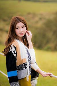 Fotos Asiaten Unscharfer Hintergrund Hand Braune Haare Starren Niedlich Schöne junge frau