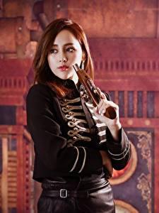 Tapety na pulpit Pistolet Azjaci Szatenka Spojrzenie Uniform Rozmazane tło Dziewczyny