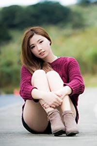 Bilder Asiaten Braune Haare Bokeh Hand Bein Sitzt Mädchens