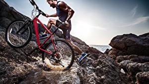 Fotos Mann Fahrräder Spritzwasser sportliches