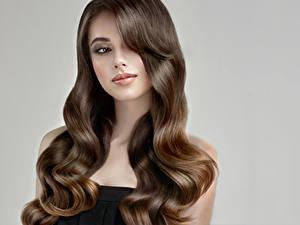 Fotos Grauer Hintergrund Braune Haare Haar Starren Schön Mädchens