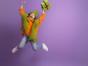 Bilder Farbigen hintergrund Kleine Mädchen Sprung Geschenke Glückliche Sweatshirt Hand Schal