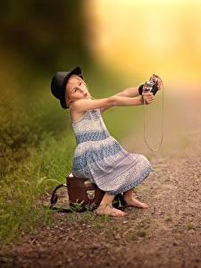 Fotos Der Hut Kleine Mädchen Sitzend Koffer Selfie Fotoapparat Kinder
