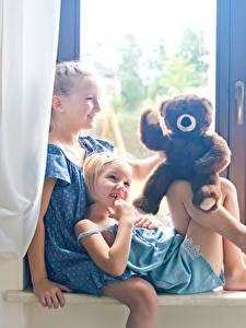 Fotos Teddybär Kleine Mädchen Zwei Lächeln Fenster kind