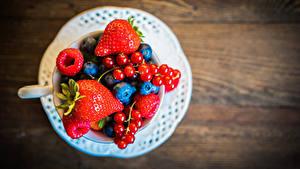Fotos Johannisbeeren Erdbeeren Heidelbeeren Himbeeren Beere Teller
