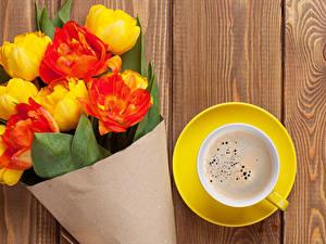 Fotos Tulpen Kaffee Sträuße Bretter Tasse Blumen