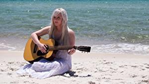 Fotos Meer Strände Blondine Kleid Sitzend Gitarre