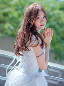 Tapety na pulpit Azjaci Bokeh Brązowowłosa dziewczyna Ręce Wzrok Dziewczyny