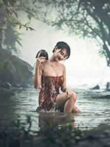 Hintergrundbilder Asiatische Bach Sitzend Nebel Nass Brünette Mädchens