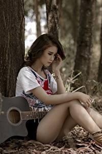 Hintergrundbilder Asiatische Sitzt Gitarre Baumstamm Schön Bein Mädchens