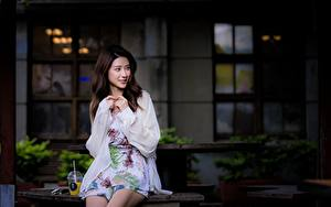 Bilder Asiatisches Bokeh Braunhaarige Hand Sitzen Mädchens