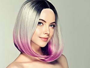 Hintergrundbilder Blond Mädchen Haar Make Up Blick Gesicht Farbigen hintergrund Frisur