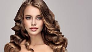 Bilder Lockige Braune Haare Braunhaarige Haar Frisuren Junge frau Mädchens