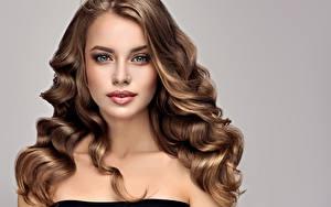 Bilder Grauer Hintergrund Braune Haare Haar Blick Mädchens