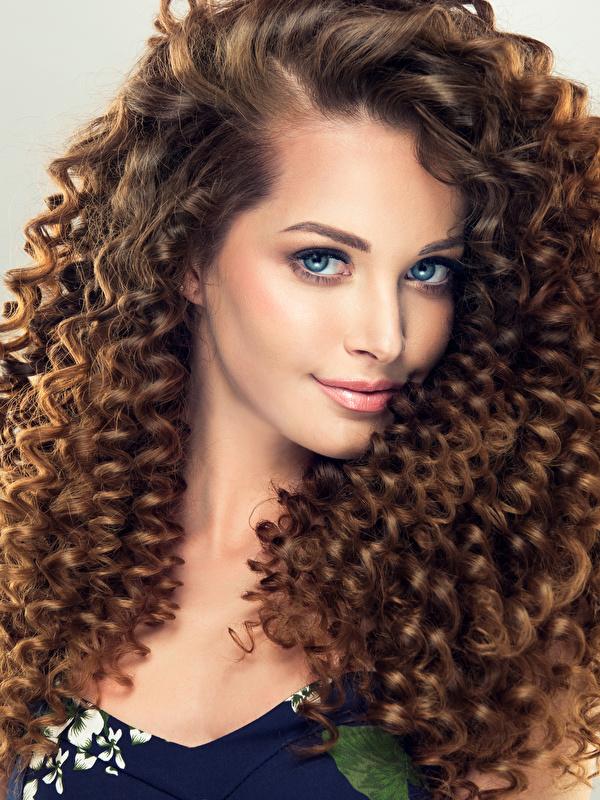 Hintergrundbilder Mädchens Braune Haare Schön Haar Frisuren Blick Grauer Hintergrund 600x800 Braunhaarige hübsch schöne hübsche schöner schönes hübscher Frisur Starren