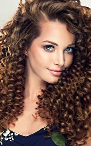 Bilder Grauer Hintergrund Braune Haare Haar Starren Schön Mädchens