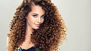 Bilder Lockige Grauer Hintergrund Braunhaarige Starren Schöne Frisuren Frisur Mädchens