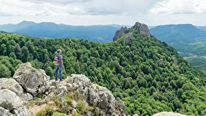 Fotos Gebirge Wälder Felsen Reisender Der Hut Rucksack Natur