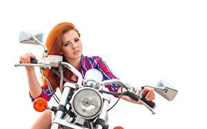 Fotos Rotschopf Motorradfahrer Hand Starren Fahrzeugscheinwerfer Weißer hintergrund Schön Mädchens