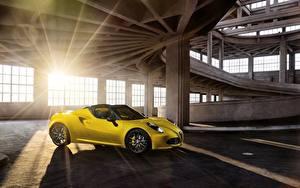 Hintergrundbilder Alfa Romeo Gelb Seitlich Lichtstrahl 4C spider Autos