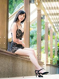 Bilder Asiatisches Sitzt Pose Kleid Brünette Bein Mädchens
