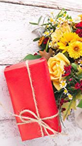 Fotos Feiertage Sträuße Rosen Chrysanthemen Bretter Geschenke Blumen