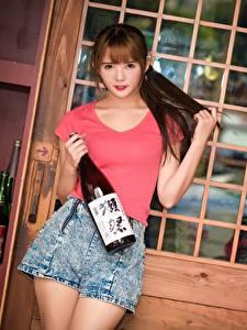 Fotos Asiatische Braunhaarige Blick Hand Shorts Flasche Pose Mädchens