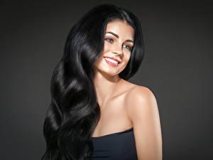 Hintergrundbilder Grauer Hintergrund Brünette Haar Lächeln Blick Schöner Mädchens