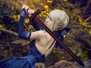 Bilder Asiatische Kleid Rücken Cosplay Schwert Blondine