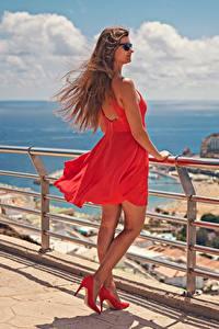 Fotos Spanien Braunhaarige Brille Kleid Stöckelschuh Rot Zaun Kanarische Inseln Windig Gran Canaria Mädchens