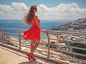 Fotos Spanien Braunhaarige Brille Kleid Stöckelschuh Rot Zaun Kanarische Inseln Windig Gran Canaria junge frau