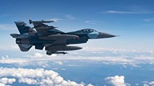 Fotos Flugzeuge Jagdflugzeug F-16 Fighting Falcon Himmel Amerikanisch Seitlich Wolke Flug Luftfahrt