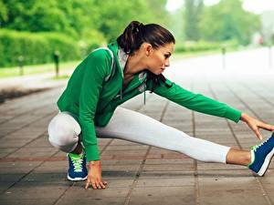 Bilder Fitness Dehnübungen Bein Sitzen sportliches Mädchens