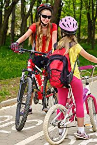 Hintergrundbilder Kleine Mädchen 2 Fahrräder Helm Brille Kinder