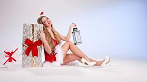 Fotos Neujahr Geschenke Dunkelbraun Uniform Sitzend Mütze Schleife Lampe Bein High Heels junge frau