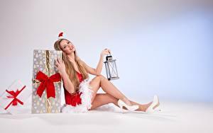 Fotos Neujahr Geschenke Dunkelbraun Uniform Sitzend Mütze Schleife Lampe Bein High Heels Mädchens