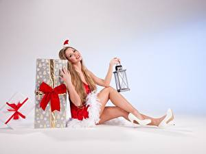 Fotos Neujahr Geschenke Dunkelbraun Uniform Sitzend Mütze Schleife Lampe Bein High Heels
