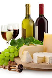 Bilder Stillleben Wein Weintraube Käse Weißer hintergrund Flasche Weinglas Schneidebrett Lebensmittel