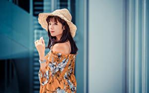 Bilder Asiatische Braunhaarige Der Hut Bluse Hand Starren junge Frauen