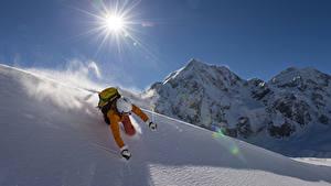 Bilder Winter Gebirge Skisport Mann Schnee Sonne Helm Sport